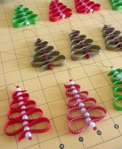 arbolitos con cintas y cuentas